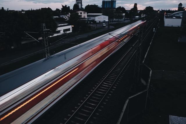 大V视点 | 有限的资源下,到底应该投资高铁还是投资5G?